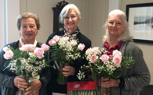 Post image for Girl Scout troop thanks generous community for donating roses to seniors